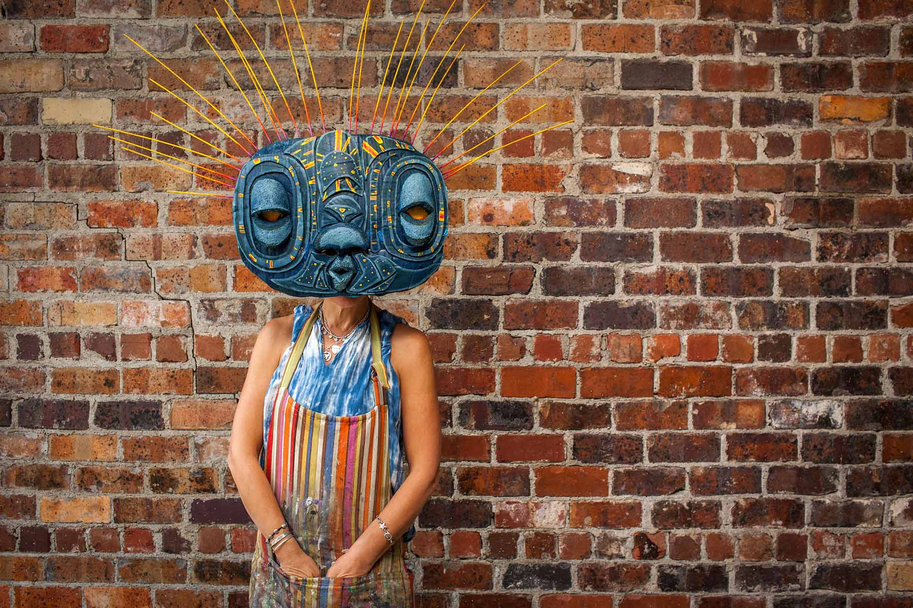 Wendy Minor Viny shows us a DIY halloween mask that can be made with cardboard, a pool noodle, a bike inner-tube, and some paint. Required tools for the job include scissors, a glue gun, and a stapler.