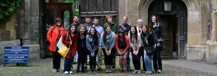 Students in the summer 2015 Victorian Literature in London study abroad program pose for a group picture with Dr. Joe McLaughlin.